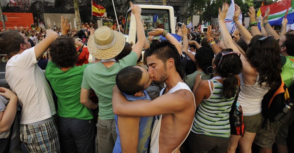 Casal gay se beija durante passagem do Papa Bento 16 (no alto) em Madri, Espanha