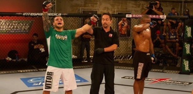 Daniel Sarafian (e) comemora sua vitria sobre Serginho no TUF