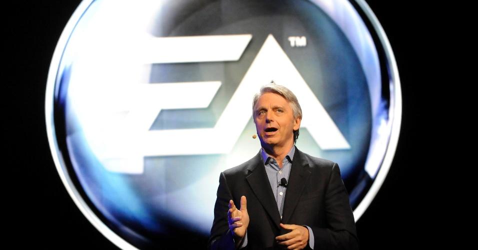 O CEO da Electronic Arts John Riccitiello fala durante a conferência da produtora na E3 2012
