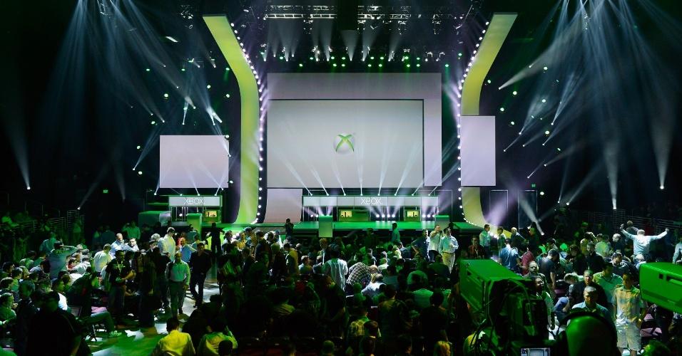 O público deixa a conferência da Microsoft após o final do evento
