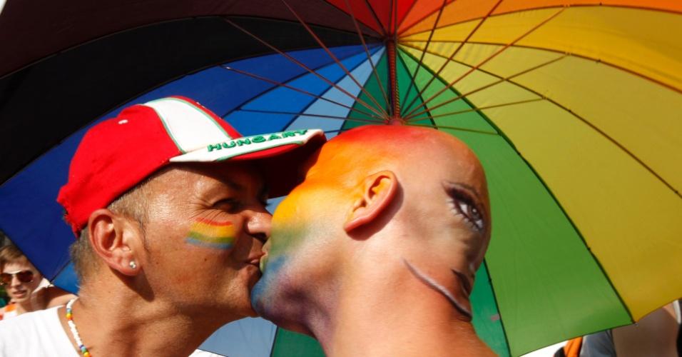 Participantes da Parada Gay em Budapeste, Hungria, trocam beijo