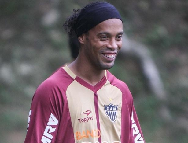 Ronaldinho Gaúcho sorri durante seu primeiro treino no Atlético-MG