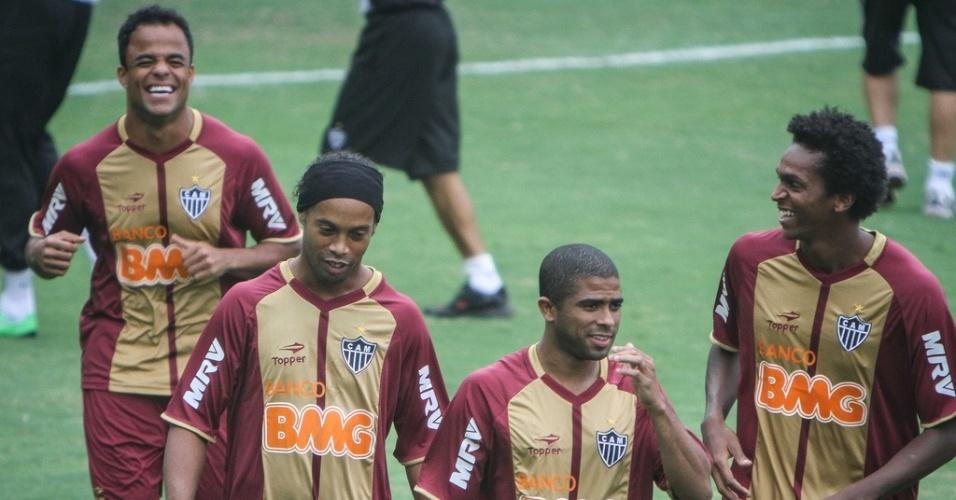 Ronaldinho Gaúcho treina com companheiros de time em seu primeiro dia como jogador do Atlético-MG. Meia tem momento de descontração com Mancini, Junior Cesar e Jô
