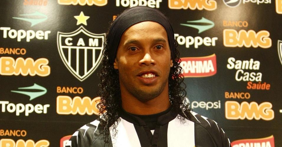 Ronaldinho Gaúcho veste pela primeira vez o uniforme do Atlético-MG