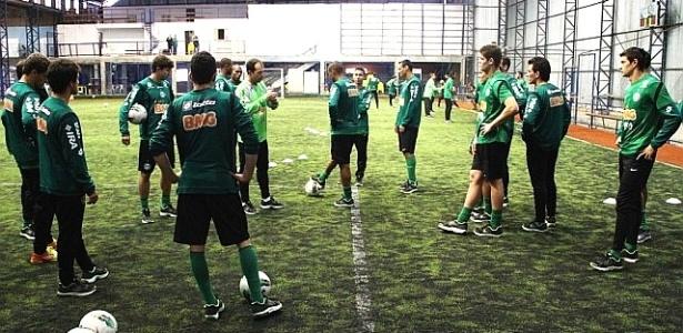 Time do Coritiba treina em quadra coberta, devido à chuva (04/06/2012)