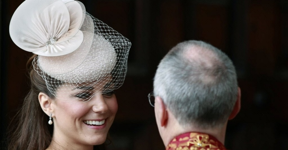 5.jun.2012 - Duquesa de Cambridge, Kate Middleton (esquerda) chega &#224; catedral St. Paul&#39;s, em Londres para cerim&#244;nia de a&#231;&#227;o de gra&#231;as, parte das comemora&#231;&#245;es pelo Jubileu de Diamante da rainha Elizabeth 2&#170;