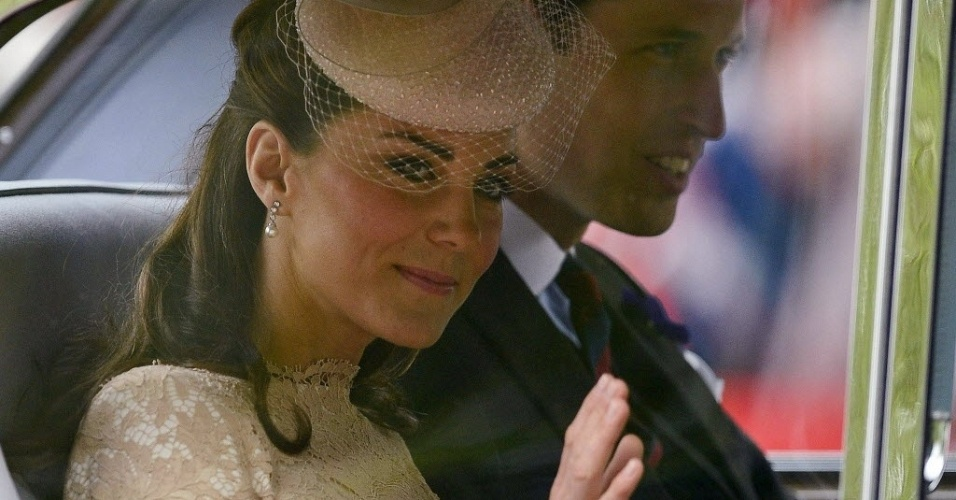 5.jun.2012 - Duquesa de Cambridge, Kate Middleton (esquerda) e o Pr&#237;ncipe William s&#227;o levados &#224; catedral St. Paul&#39;s para cerim&#244;nia de a&#231;&#227;o de gra&#231;as, parte das comemora&#231;&#245;es pelo Jubileu de Diamante da rainha Elizabeth 2&#170;
