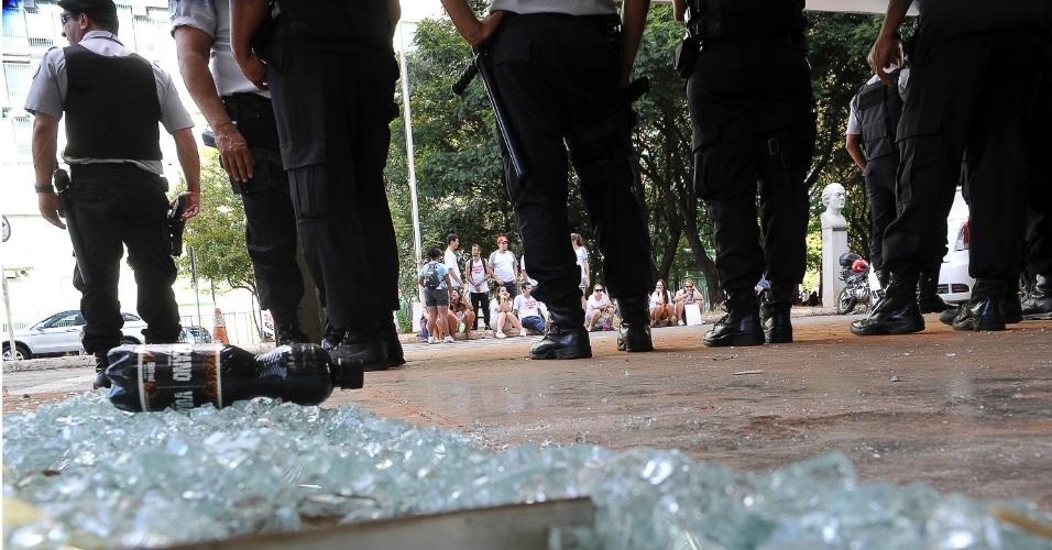 5.jun.2012 - Estudantes que estavam reunidos na frente do MEC (Ministério da Educação) em manifestação de apoio à greve dos professores das universidades federais quebraram a vidraça da portaria e de algumas janelas do térreo do prédio. Houve confronto com policias militares que acompanhavam a manifestação