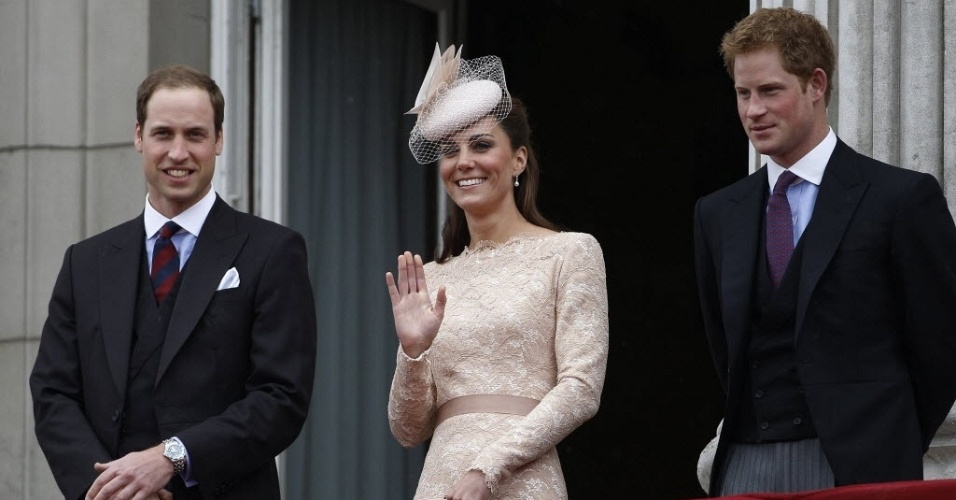 5.jun.2012 - Kate Middleton, duquesa de Cambridge (centro), acena para o p&#250;blico ladeada pelos pr&#237;ncipes William (esquerda) e Harry na sacada do Pal&#225;cio de Buckingham, durante show a&#233;reo que marca o encerramento da comemora&#231;&#227;o do jubileu de diamante da rainha