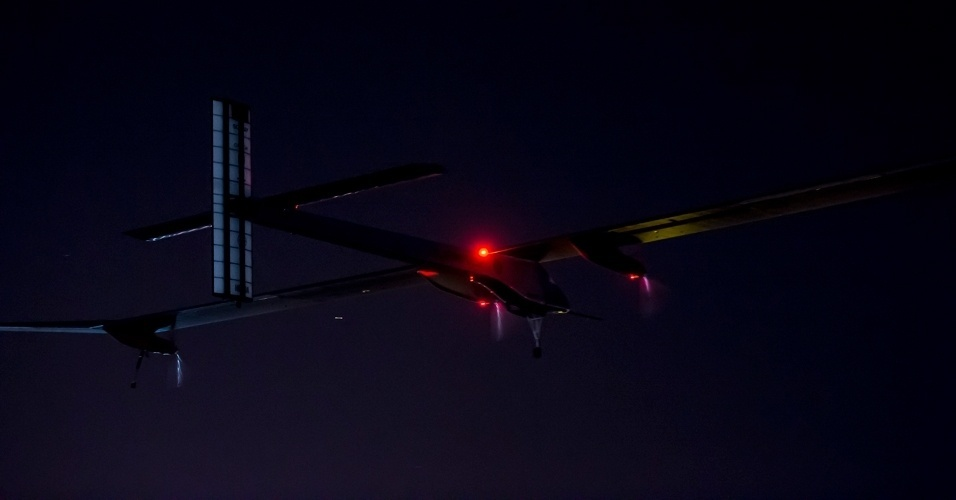 5.jun.2012 - O avi&#227;o solar &#34;Solar Impulse&#34; decolou &#224;s 5h30 desta ter&#231;a-feira (5) (0h30 de Bras&#237;lia) do aeroporto de Barajas, em Madri, para completar a travessia que iniciou em 24 de maio na Su&#237;&#231;a e que concluir&#225; no Marrocos. Com isso, seus pilotos, Bertrand Piccard e Andre Borschberg, concluir&#227;o o desafio de voar mais de 2.500 quil&#244;metros sem &#34;uma gota de combust&#237;vel&#34;