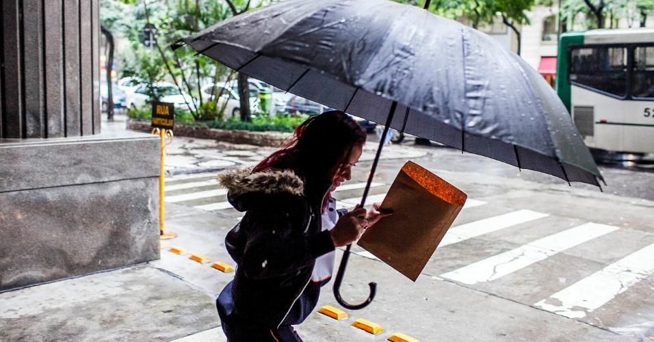 5.jun.2012 - São Paulo registrou a segunda maior lentidão do ano durante a manhã, devido à constante chuva que caiu sobre a cidade nesta terça-feira. Na foto, mulher caminha na avenida São Luiz, na região central