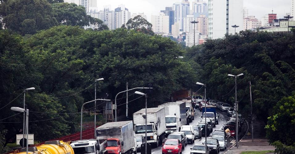 5.jun.2012 - São Paulo registrou a segunda maior lentidão do ano durante a manhã, devido à constante chuva que caiu sobre a cidade nesta terça-feira. Na foto, trânsito na avenida do Estado