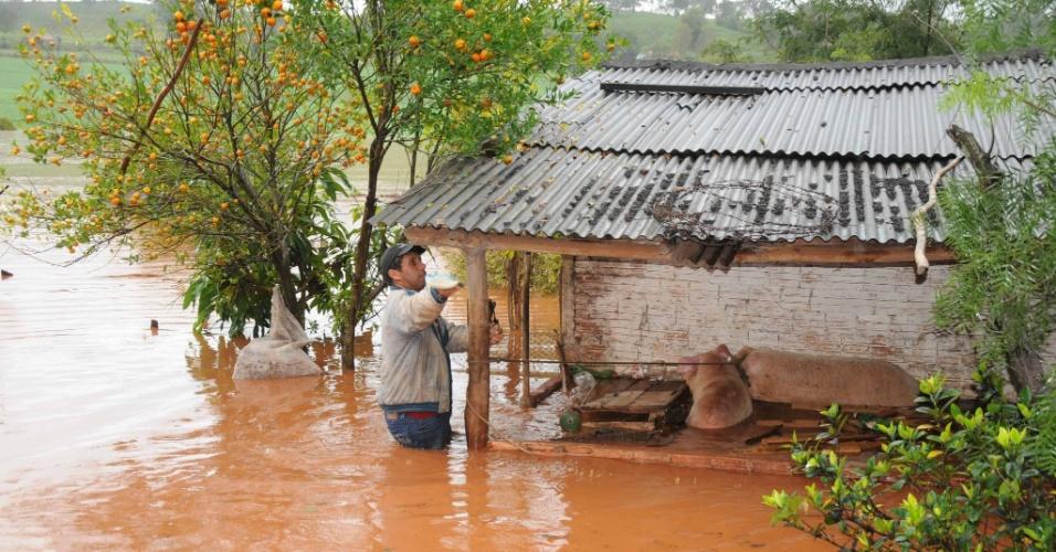 5.jun.2012 - Tempestade que atinge o Paraná desde domingo (3) causa estragos. De acordo com a Coordenadoria Estadual de Defesa Civil, o número de afetados passa de 4,8 mil. A cidade da Iretama, nesta foto, registra 60 pessoas desalojadas, 20 desabrigadas e dez casas danificadas