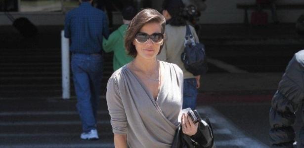 A atriz Deborah Secco desembarca no aeroporto internacional de Los Angeles, nos Estados Unidos (5/6/12)