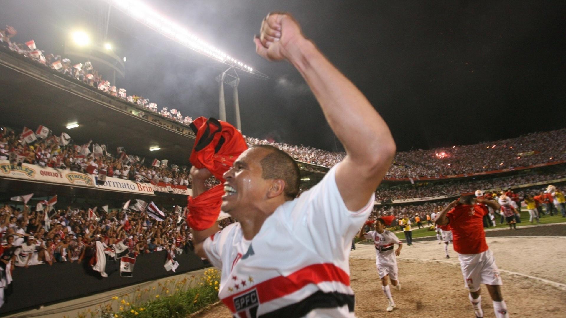 Aloisio comemora o título do Campeonato Brasileiro, em 2007; foi com a camisa do São Paulo que o jogador teve seu melhor momento