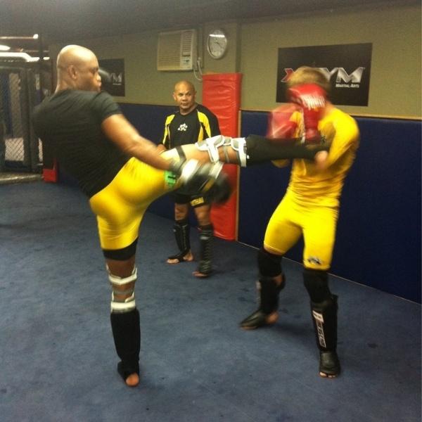 Anderson Silva afia seu muay thai em treino para enfrentar Chael Sonnen no UFC 148, em Las Vegas