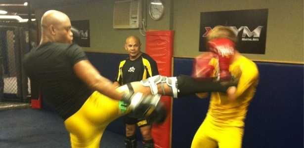 Anderson Silva afia seu muay thai em treino para enfrentar Chael Sonnen no UFC 148, em Las Vegas