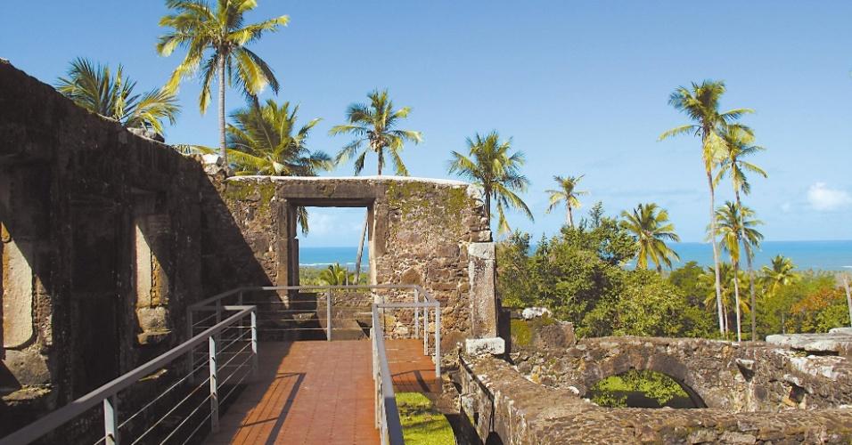 Castelo de Garcia D'Ávila, cuja construção começou em 1551, sendo a obra em pedra mais antiga do país, a quatro quilômetros da praia do Forte, na Bahia