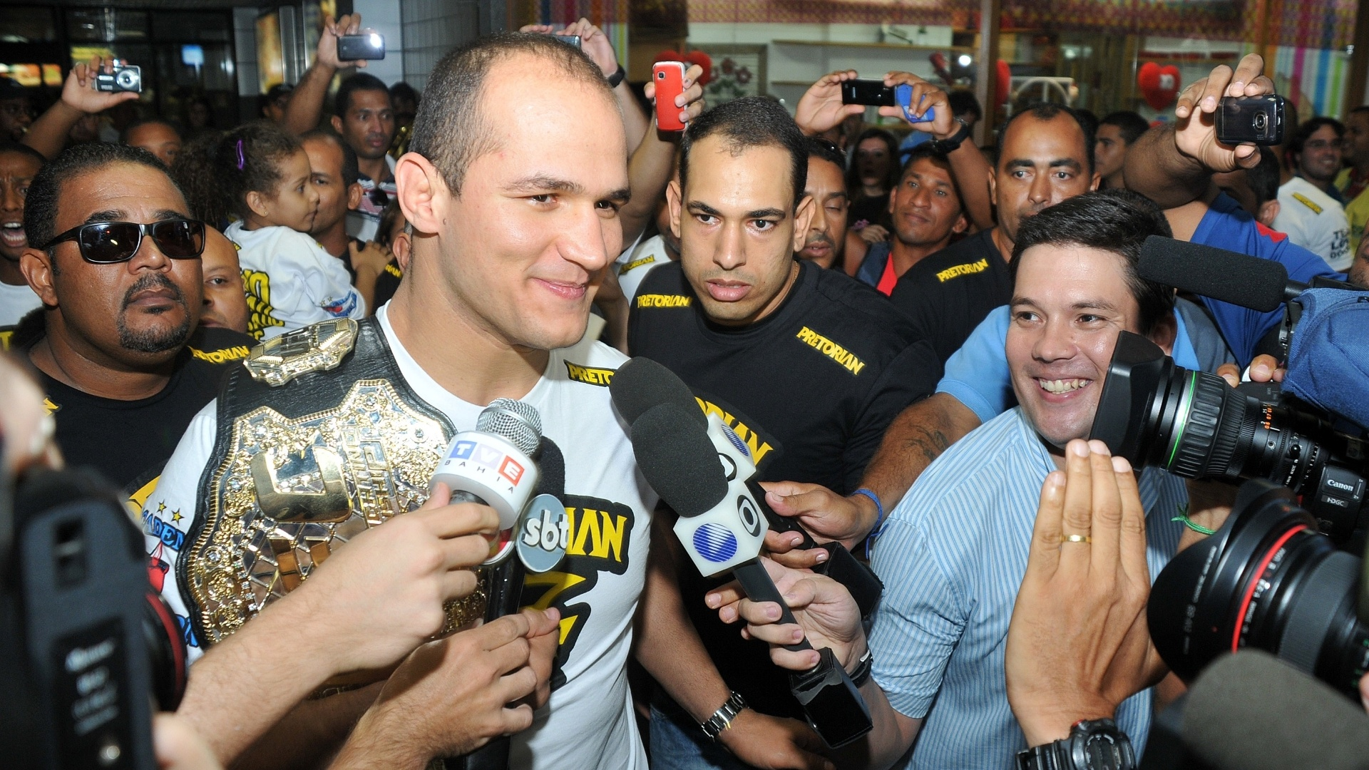Cigano carrega o cinturo dos pesos pesados do UFC na chegada a Salvador, cerca de dez dias aps defender seu posto no rtopo da categoria