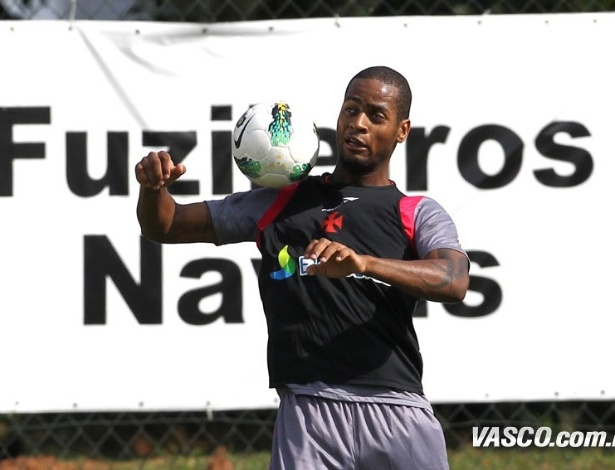 Dedé tenta dominar a bola durante treinamento do Vasco (05/06/2012)