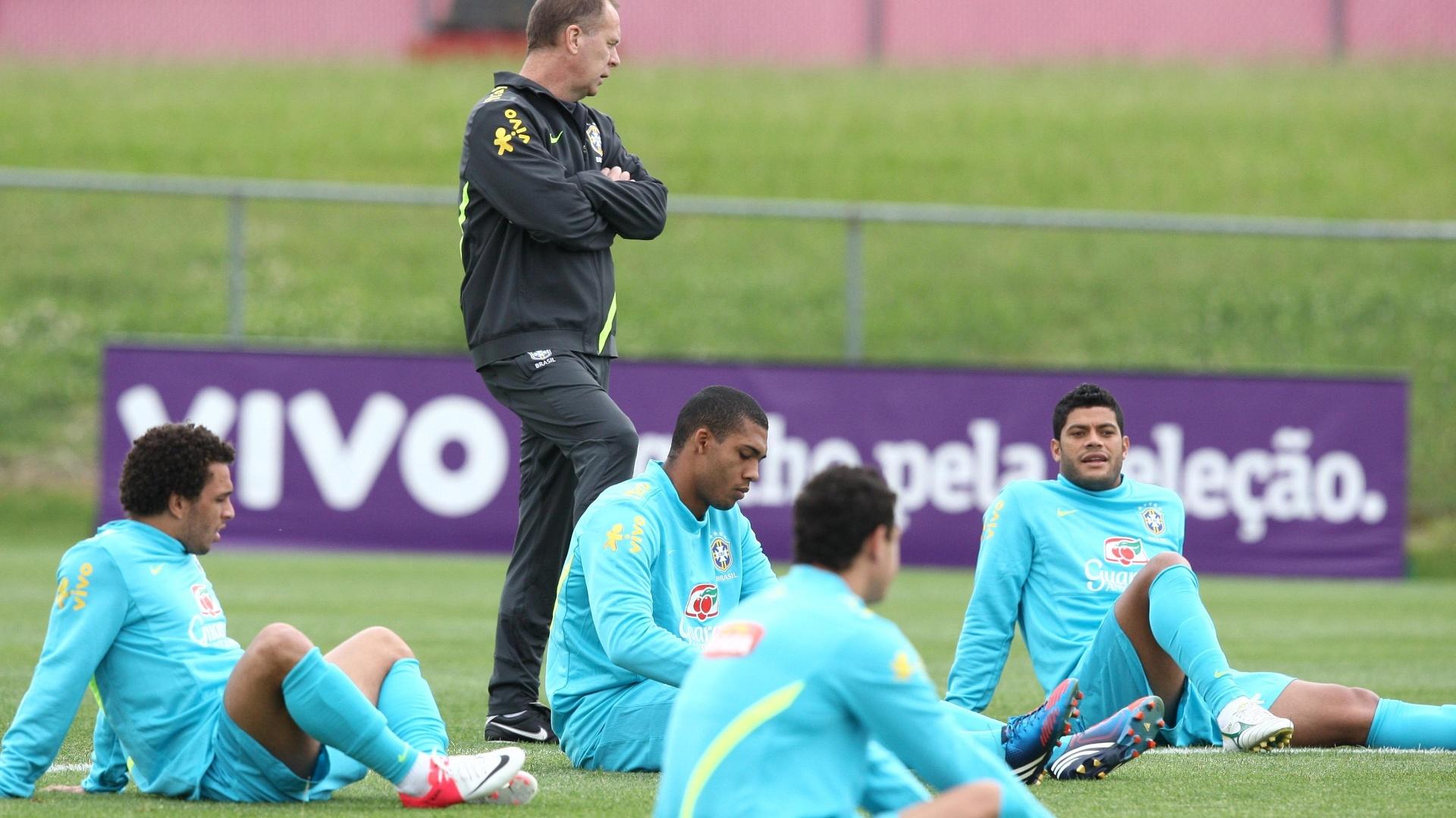 Jogadores da seleção brasileira ouvem as instruções do técnico Mano Menezes durante treino em Nova Jersey