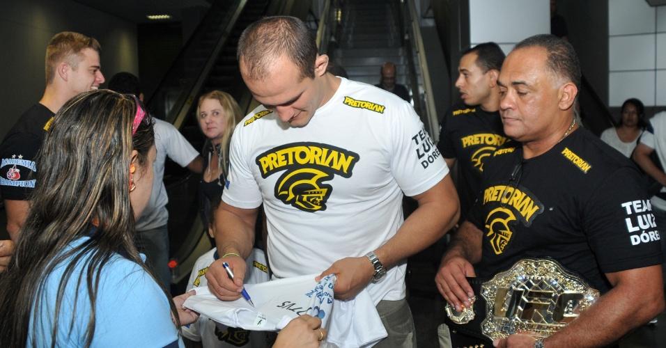 Júnior Cigano atende aos fãs na chegada a Salvador. No último dia 26, ele defendeu pela primeira vez o cinturão dos pesados do UFC, nocauteando Frank Mir em Las Vegas