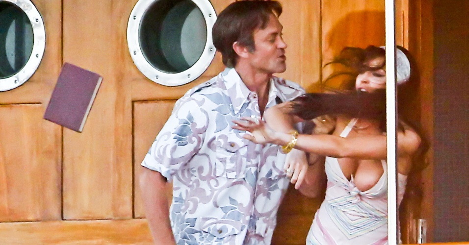 """Lindsay Lohan se descuida e mostra o seio durante filmagem de """"Liz & Dick"""", em Los Angeles (4/6/12)"""