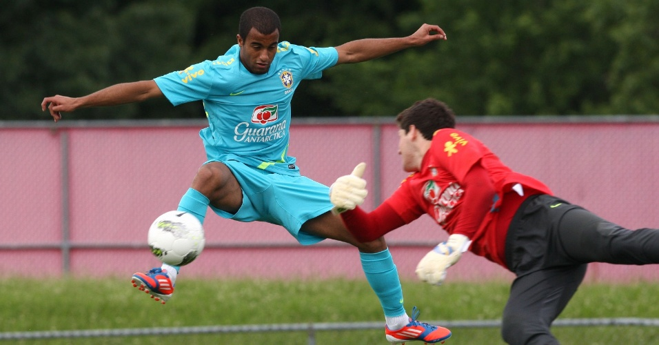 Lucas tenta superar o goleiro Rafael durante treino da seleção brasileira em Nova Jersey
