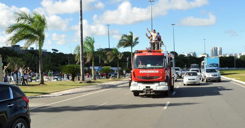Mais uma vez Cigano desfilou em carro de bombeiros na chegada a Salvador, novamente como melhor peso pesado do UFC; ?Agradeço mais uma vez a toda a Bahia por mais uma recepção de tirar o fôlego. Obrigado!?, disse ele