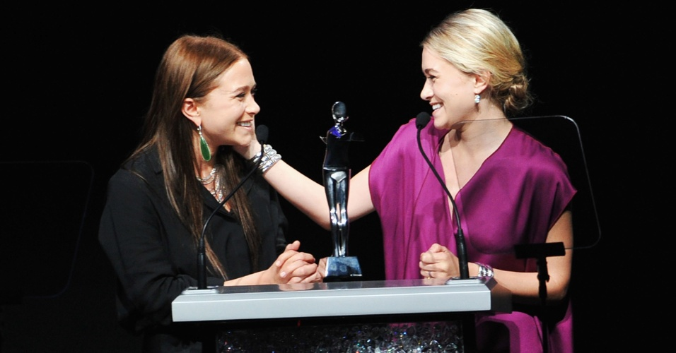Mary-Kate (esq.) e Ashley Olsen recebem o prêmio de estilistas do ano durante o CFDA Awards, em Nova York (05/06/2012)