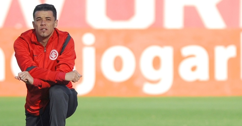Meia D'Alessandro do Inter durante aquecimento no gramado principal do estádio Beira-Rio (05/06/2012)