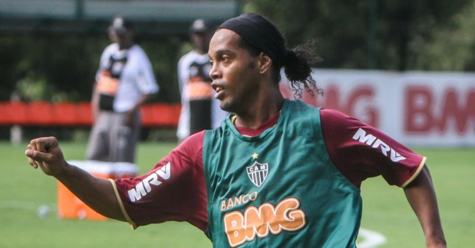 Meia Ronaldinho Gaúcho participa do seu segundo treino com a camisa do Atlético-MG; jogador assinou contrato até o final do ano