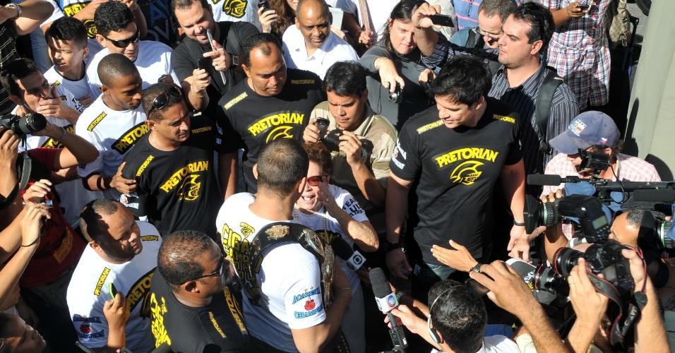 Multidão cerca Cigano, que conquistou o cinturão em novembro de 2011 e o defendeu pela primeira vez no último dia 26 de maio