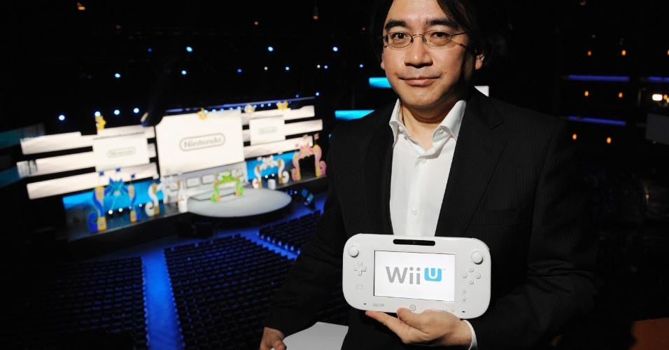 O presidente da Nintendo Satoru Iwata posa ao lado do controle do Wii U durante a E3