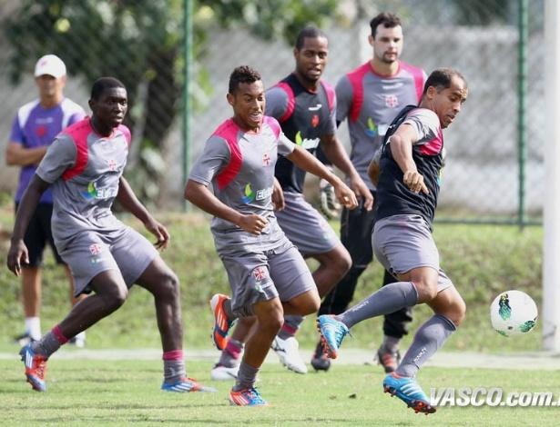 Observado por Dedé e outros jogadores do Vasco, Felipe tenta jogada em treino do Vasco (05/06/2012)