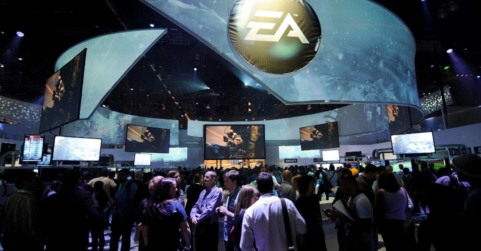 Público testa os lançamentos da Electronic Arts no estande da desenvolvedora