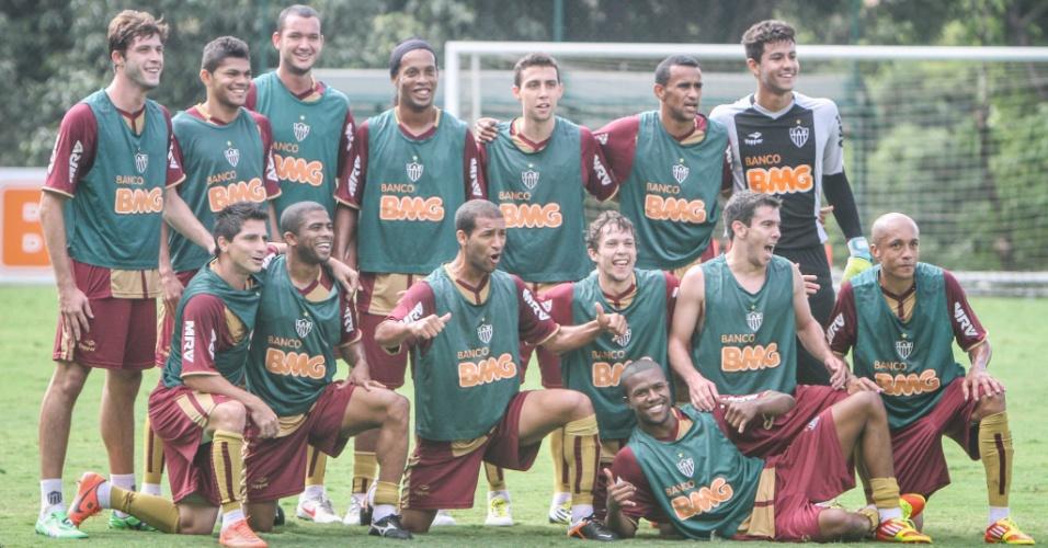 Ronaldinho Gaúcho posa ao lodo dos companheiros durante seu segundo treino com a camisa do Atlético-MG; jogador assinou até o fim de 2012
