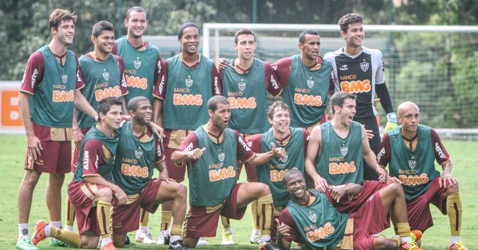 Ronaldinho Gaúcho posa para foto com companheiros em treino do Atlético-MG (5/6/2012)