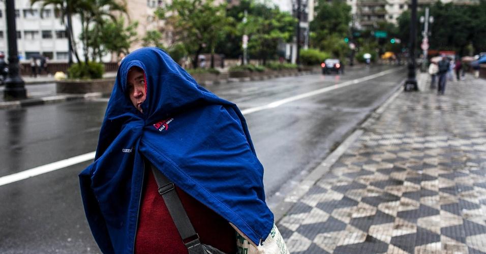 6.jun.2012 - Quarta-feira (6) amanhece com chuva em São Paulo. Feriadão deve ter o mesmo tempo, apontam previsões. Na foto, pessoa se protege no viaduto 9 de julho, no centro de São Paulo