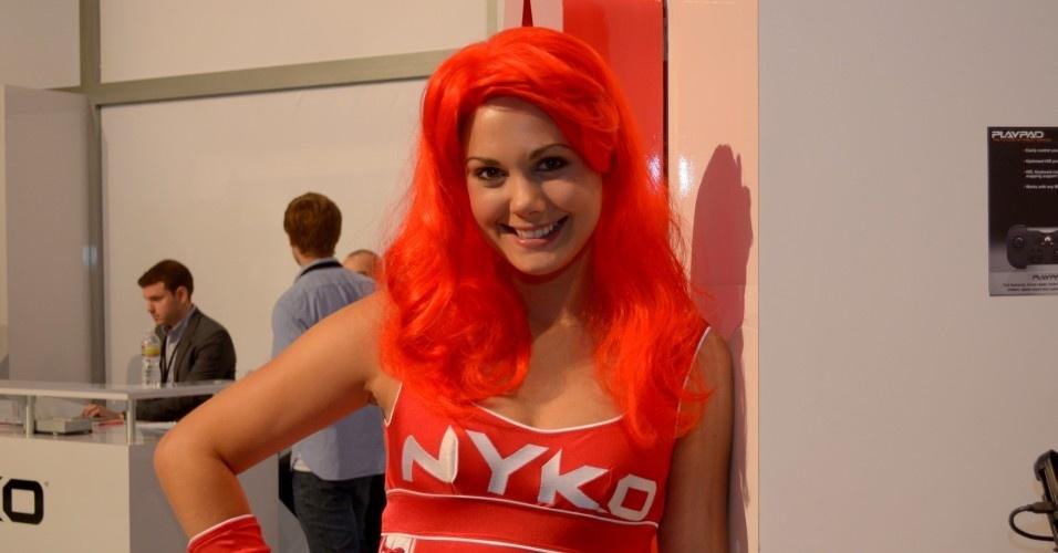Ah, a Nyko e suas booth babes de peruca vermelha