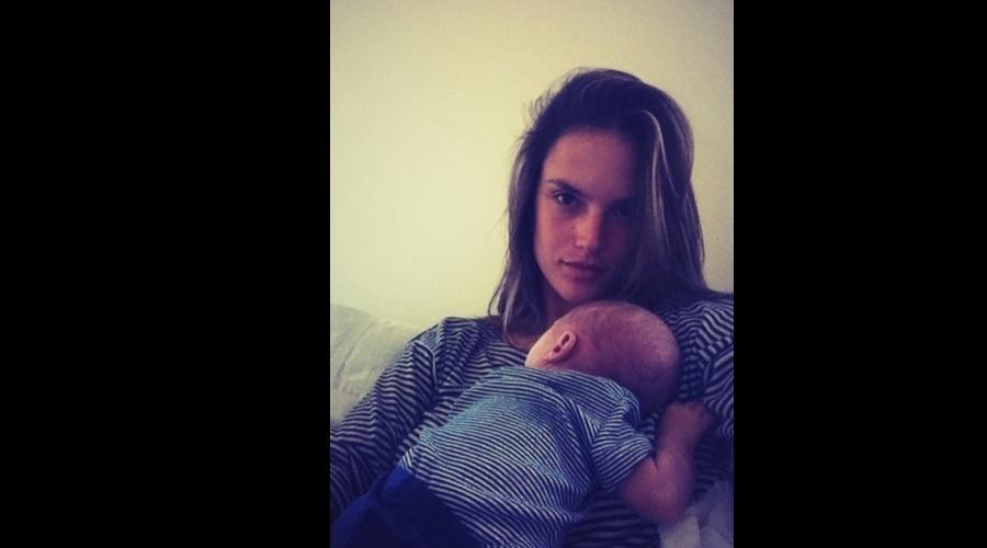 Alessandra Ambrósio posou para foto com o filho Noah, de um mês (6/6/12)