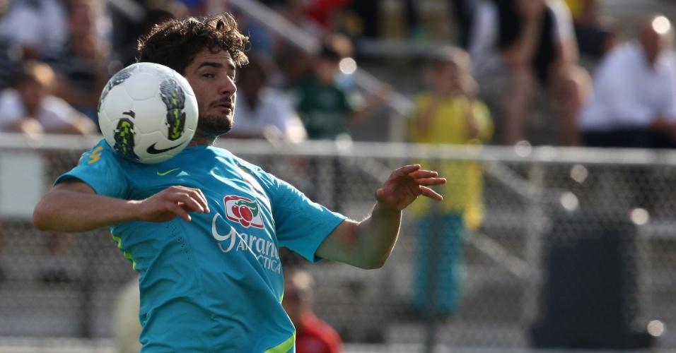 Alexandre Pato domina a bola durante treino da seleção brasileira em Nova Jersey