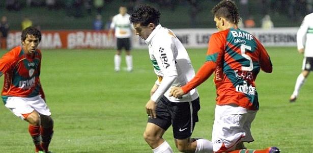 Ayrton, do Coritiba, carrega a bola no jogo contra a Portuguesa (06/06/2012)