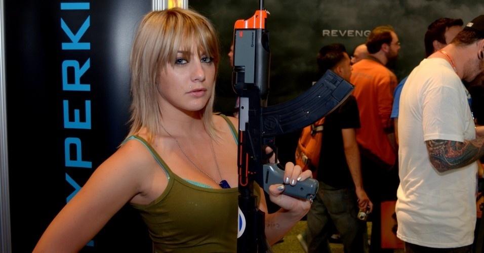 Booth babe fuzila corações com seu olhar penetrante