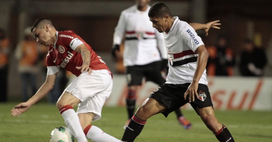 D'Alessandro tenta driblar o volante Denilson, do São Paulo, no duelo no Beira Rio