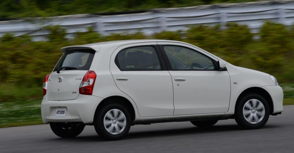Entre os rivais admitidos pela Toyota está Nissan March, o que esta foto deixa evidente