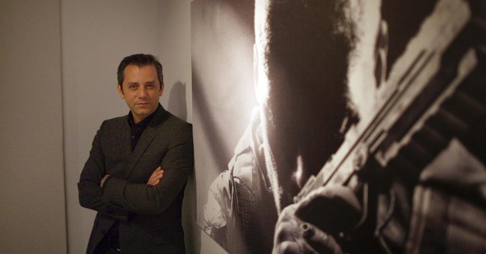 Eric Hirshberg, diretor executivo da Activision, posa para foto ao lado de cartaz  de