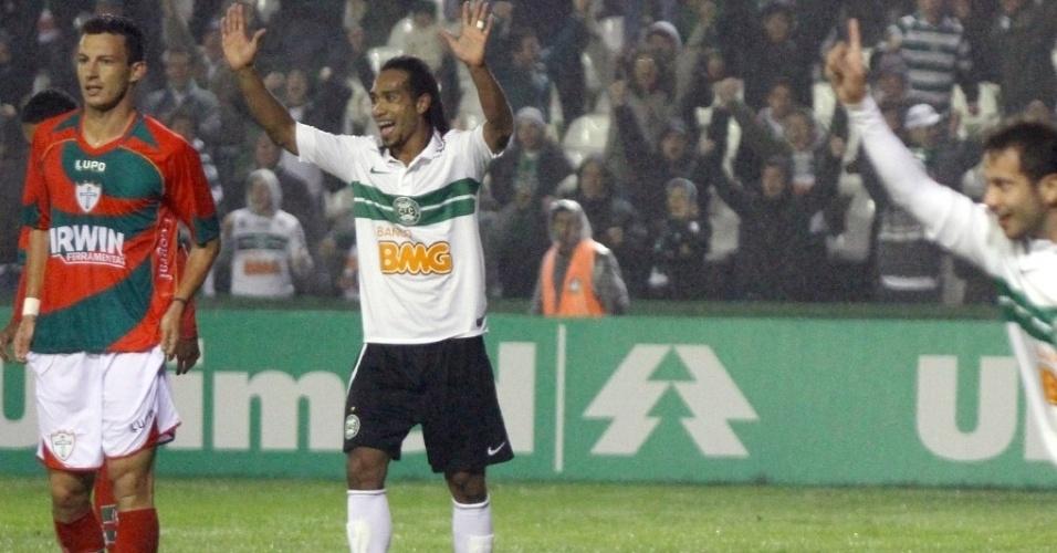 Everton Costa comemora gol do Coritiba na vitória por 2 a 0 sobre a Portuguesa, no Couto Pereira