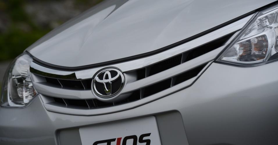 Grade frontal é marcante e ainda tem vaga relação com o padrão da Toyota