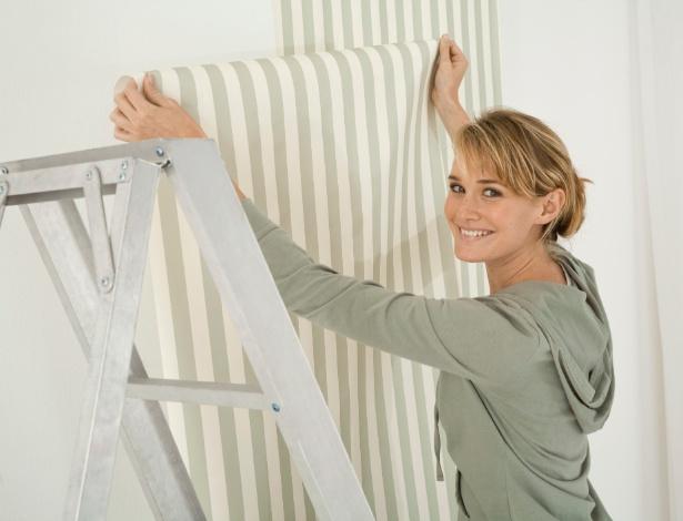 Pap is de parede e tecidos s o op es pintura renove o - Poner papel pared ...